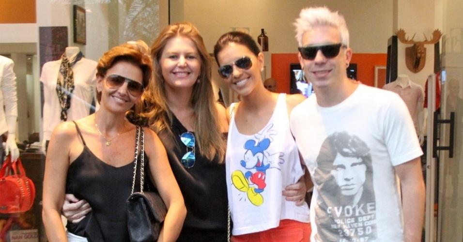 26.jan.2013 - O casal Mariana Rios e o vocalista Di Ferrero, da banda Nx Zero, posam para fotógrafo durante passeio em shopping no Rio de Janeiro. Na imagem, o roqueiro aparece com um cabelo descolorido, quase branco. A dupla está acompanhada da mãe da atriz.