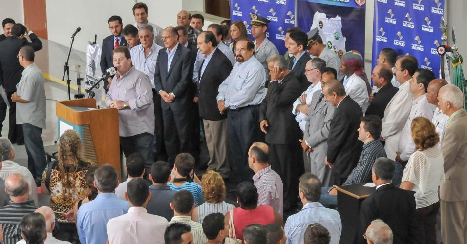 26.jan.2013 - O governador de São Paulo, Geraldo Alckmin (quarto, da esquerda para a direita), participa da cerimônia de entrega da nova sede da Base de Radiopatrulha Aérea (BRPAE) localizada no Aeroporto Estadual Pedro Morganti, na Estrada Monte Alegre, em Piracicaba (SP) neste sábado (26)