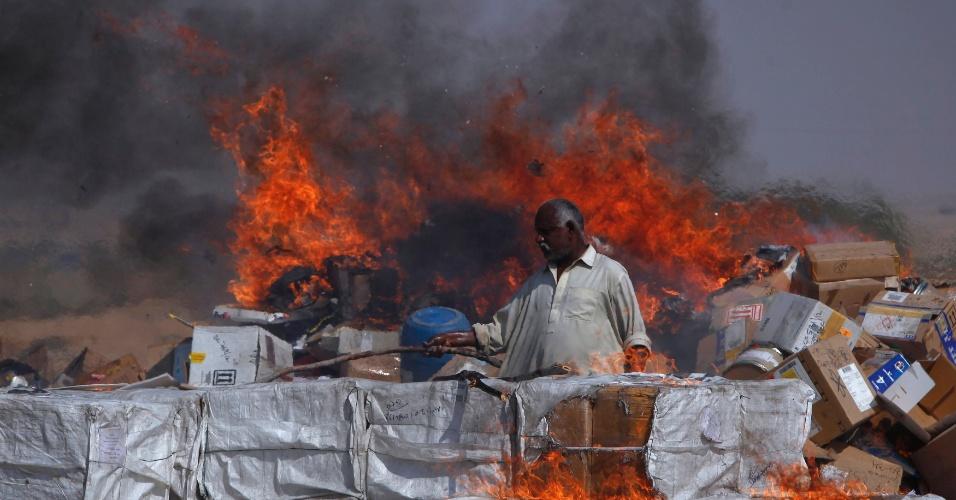 26.jan.2013 - Oficial paquistanês queima pilha de drogas, nos arredores de Karachi