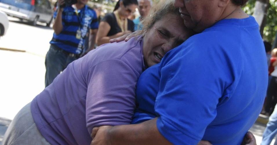 26.jan.2013 - Parentes de presidiários vítimas de uma rebelião na penitenciária Uribana, no Estado de Lara, na Venezuela, choram enquanto participam de um protesto neste sábado (26), um dia após o motim que deixou pelo menos 54 pessoas mortas e 90 feridas