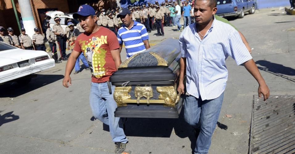 26.jan.2013 - Parentes de presos carregam o caixão de uma vítima de uma rebelião que eclodiu na penitenciária Uribana, no Estado de Lara, na Venezuela. O motim aconteceu na sexta-feira (25), após a imprensa do país divulgar, inadvertidamente, uma operação de busca de armas dentro da penitenciária, superlotada, e considerada a mais perigosa da Venezuela. Pelo menos 61 pessoas foram mortas e 120 ficaram feridas