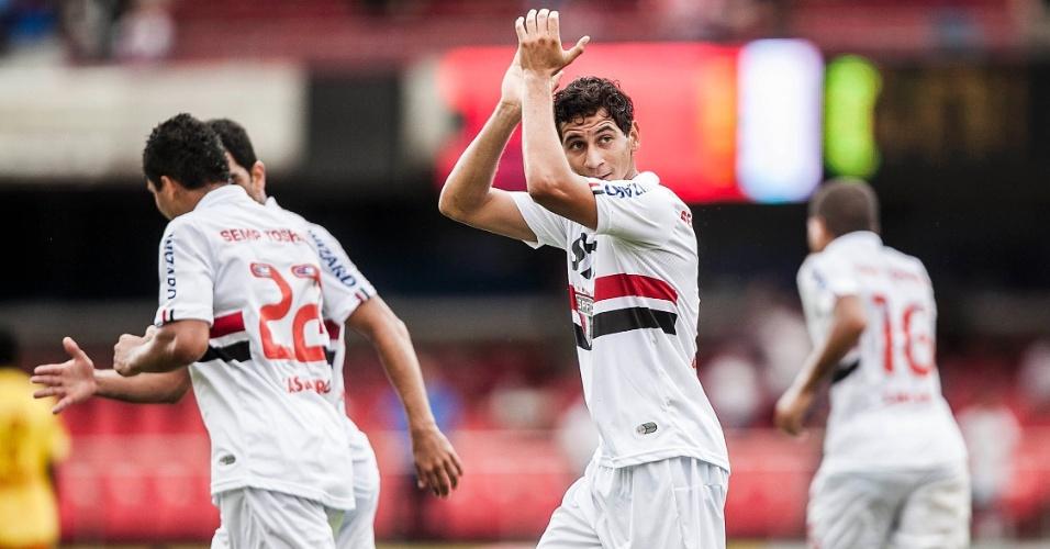 26.jan.2013 - Paulo Henrique Ganso agradece aplausos da torcida após marcar seu primeiro gol com a camisa do São Paulo, contra o Atlético Sorocaba, pela terceira rodada do Paulistão
