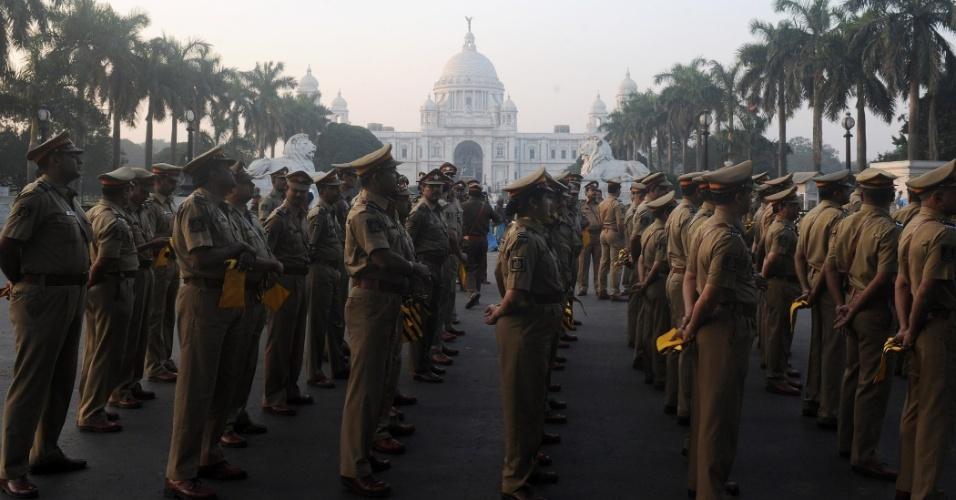 26.jan.2013 - Policiais indianos ensaiam para parada militar do dia da República, em Calcutá
