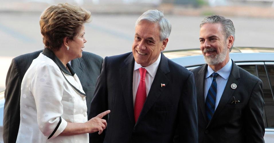 26.jan.2013 - Presidentes do Brasil, Dilma Rousseff, e do Chile, Sebastian Piñera, conversam em frente ao palácio La Moneda, em Santiago, antes de encontro da cúpula de chefes de Estado e de governo da Comunidade de Estados Latino-americanos e Caribenhos (Celac) e da União Europeia (UE)