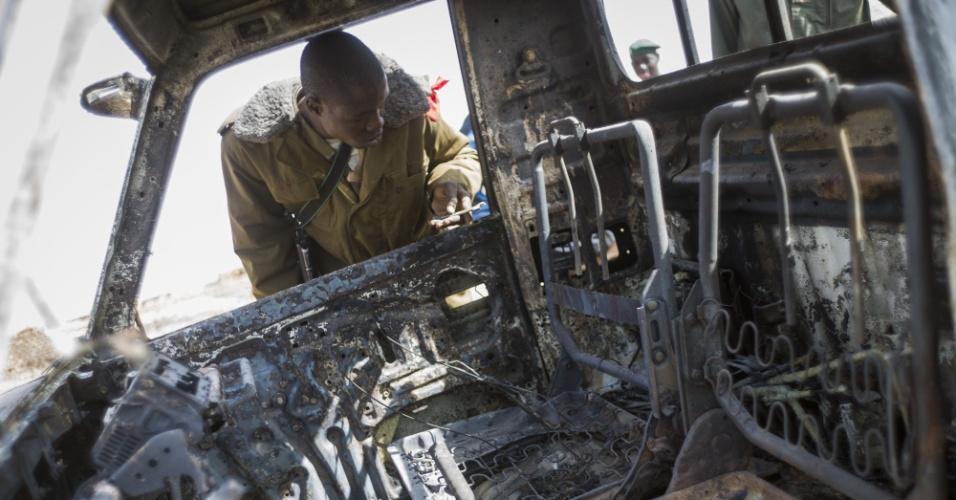 26.jan.2013 - Soldado malinês observa destroços de caminhão destruído de rebeldes islâmicos em Konna, cidade-chave controlada agora por franceses e pelo Exército do Mali