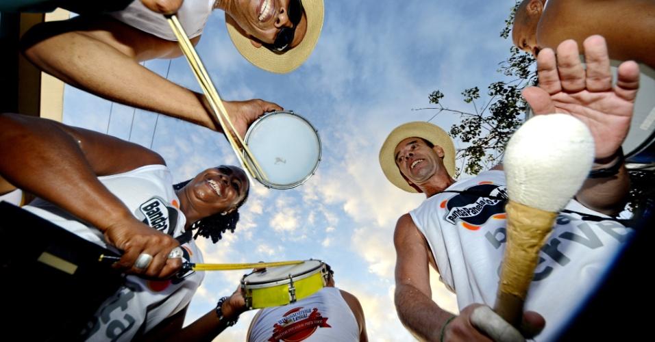 26.jan.2013 - Tradição perdida no final da década de 80, o carnaval de bloco está voltando às ruas de Porto Alegre. Concentrados no bairro Cidade Baixa, os desfiles acontecem de janeiro a março e ganharam força em 2013 com o apoio do grupo carnavalesco Cidade Baixa em Alta