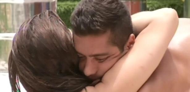 26.jan.2013 - Yuri dá um abraço em Kamilla, tentando se reaproximar da sister. Ela ficou chateada com o voto dele para o paredão surpresa
