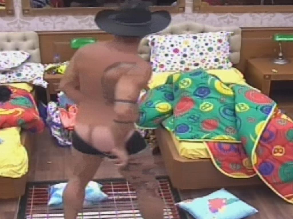 26.jan.2013 - Yuri mostra o bumbum ao fazer dança sensual usando só a cueca e o chapéu que recebeu como parte do figurino da festa da noite de sábado
