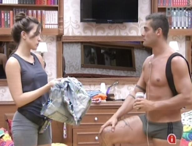 26.jan.2013 - Yuri pergunta para Kamilla por que ela o está evitando, e ela diz que ficou chateada com indicação de lutador para o paredão surpresa