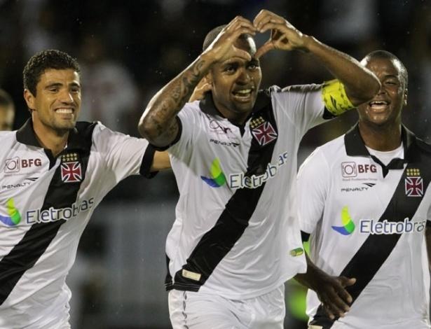 26.jan.2013 - Zagueiro Dedé comemora gol do Vasco durante a partida contra o Resende, válida pela terceira rodada do Estadual do Rio