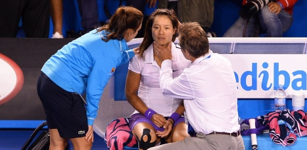 Na Li sofreu duas entorses no tornozelo, bateu a cabeça no chão e recebeu atendimento