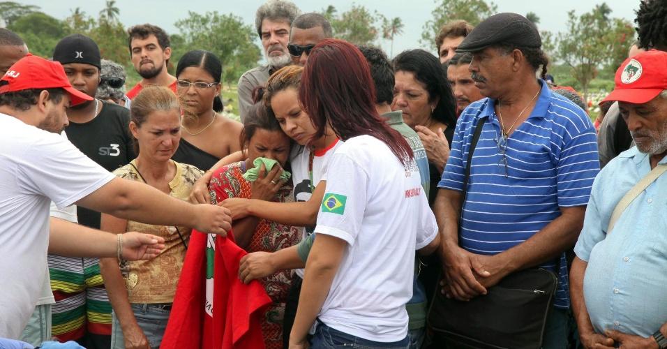 17.jan.2013 - Corpo de Cícero Guedes, coordenador do Movimento dos Trabalhadores Sem Terra (MST), morto no sábado (26) na estrada de Cambaúba, em Campos (RJ), é enterrado neste domingo (26). O corpo do militante foi encontrado com vários tiros, na estrada próxima ao acampamento Luiz Maranhão, na sede da Usina Cambaúba