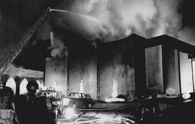 20 de maio de 1977 - Beverly Hills Supper Club (EUA): A origem do fogo que matou 165 pessoas após a recepção de um casamento em Southgate, Kentucky, ainda é alvo de polêmicas. Uma investigação oficial apontou problemas como superlotação, falhas elétricas e saídas de emergência inadequadas, mas alguns defendem que o episódio pode ter sido causado deliberadamente