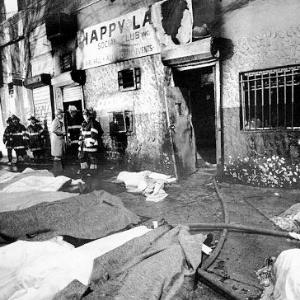 25 de março de 1990 - Boate Happy Land (EUA): Um incêndio causado intencionalmente pelo ex-namorado de uma empregada do clube matou 87 pessoas. O local funcionava sem autorização no Bronx, em Nova York. A maioria das vítimas eram hondurenhos que celebravam o Carnaval