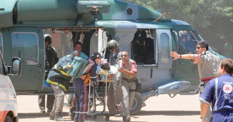 27.jan.2013 -Vítimas do incêndio na boate Kiss, em Santa Maria (RS), chegam de helicóptero a Porto Alegre, neste domingo. Mais de 200 pessoas morreram na tragédia