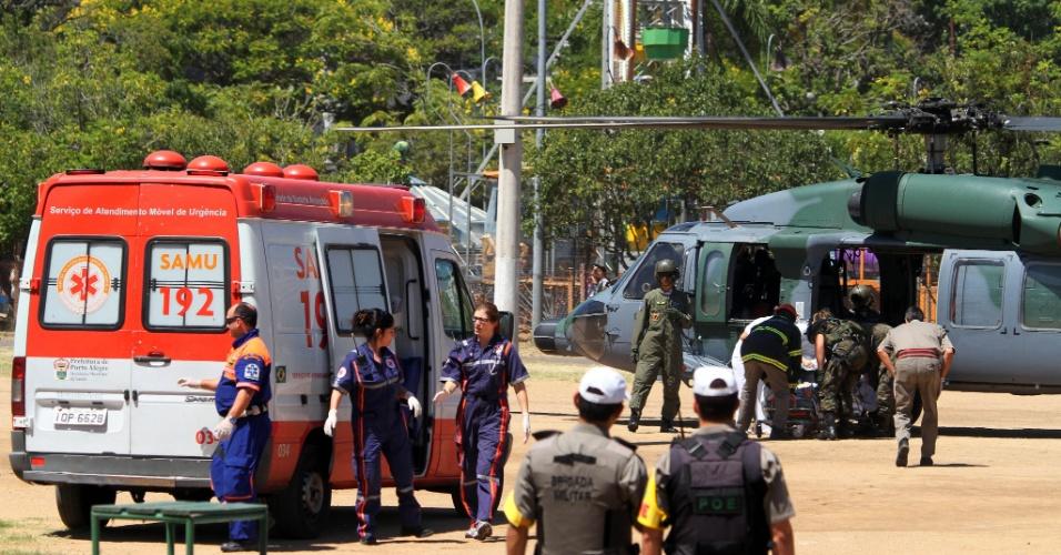 27.jan.2013 - Aeronaves da Força Aérea Brasileira (FAB) chegaram a Porto Alegre trazendo vítimas do incêndio em Santa Maria (RS). Os helicópteros pousaram no parque da Redenção, de onde os pacientes foram levados até o Hospital de Pronto Socorro (HPS) de ambulância. O hospital possui uma unidade de atendimento a pacientes vítimas de queimaduras