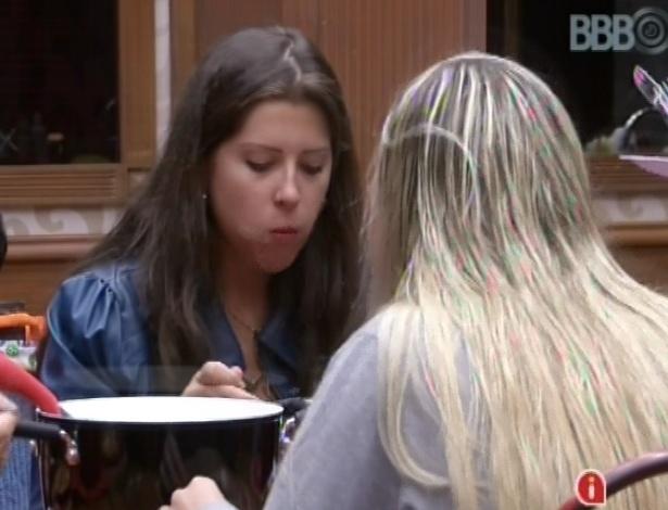 27.jan.2013 - Andressa e Fernanda almoçam arroz, feijão, farofa e beterraba na cozinha do quarto biblioteca