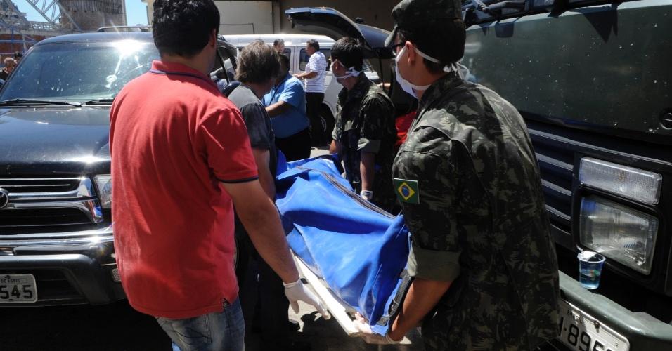 27.jan.2013 - Corpos das vítimas do incêndio na boate Kiss são levados para o Centro Desportivo Municipal de Santa Maria, onde serão identificados. Mais de 230 pessoas morreram na tragédia