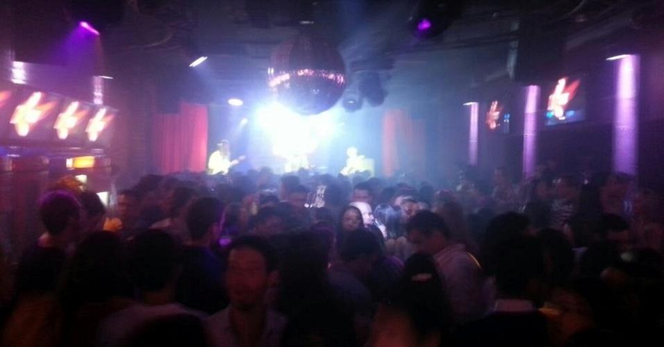 """27.jan.2013-  DJ Bolinha, um dos músicos da boate Kiss, postou uma foto da festa nas redes sociais durante a madrugada deste domingo (27), e escreveu: """"Bombandoooooooo KISSS"""""""