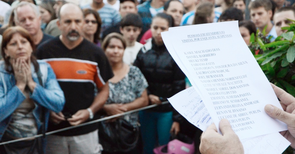 27.01.2013 - Familiares aguardam anúncio da lista com os nomes das vítimas do incêndio da boate Kiss, em Santa Maria, que estão em atendimento em hospitais da região, neste domingo. A tragédia no local deixou mais de 200 mortos
