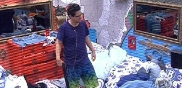 27.01.2013 - Ivan levanta sonolento no meio da bagunça do quarto brechó, após noite de festa