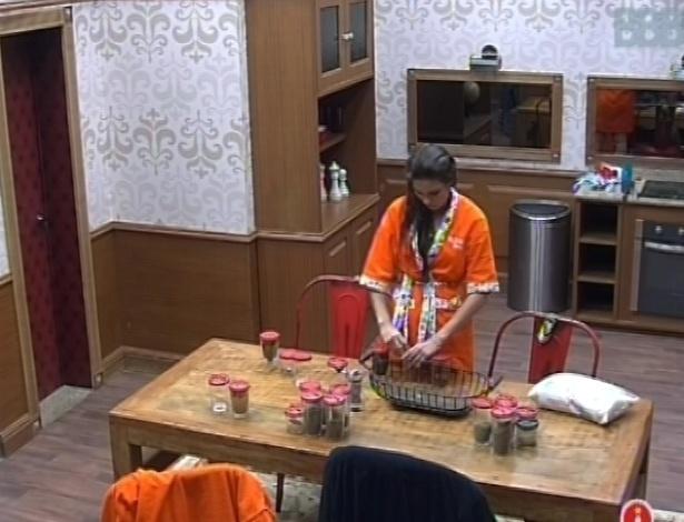 27.jan.2013 - Kamilla separa alimentos na cozinha do quarto biblioteca, onde o grupo perdedor na prova da comida deve cozinhar e comer nesta semana