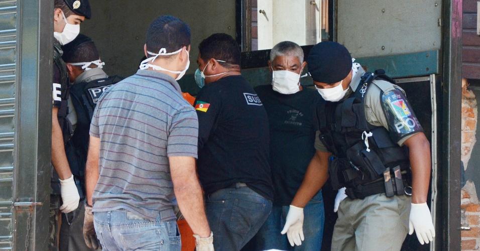 27.jan.2013 - Policiais trabalham na retirada dos corpos da boate Kiss, em Santa Maria, atingida por um incêndio na madrugada deste domingo. Mais de 200 pessoas morreram na tragédia