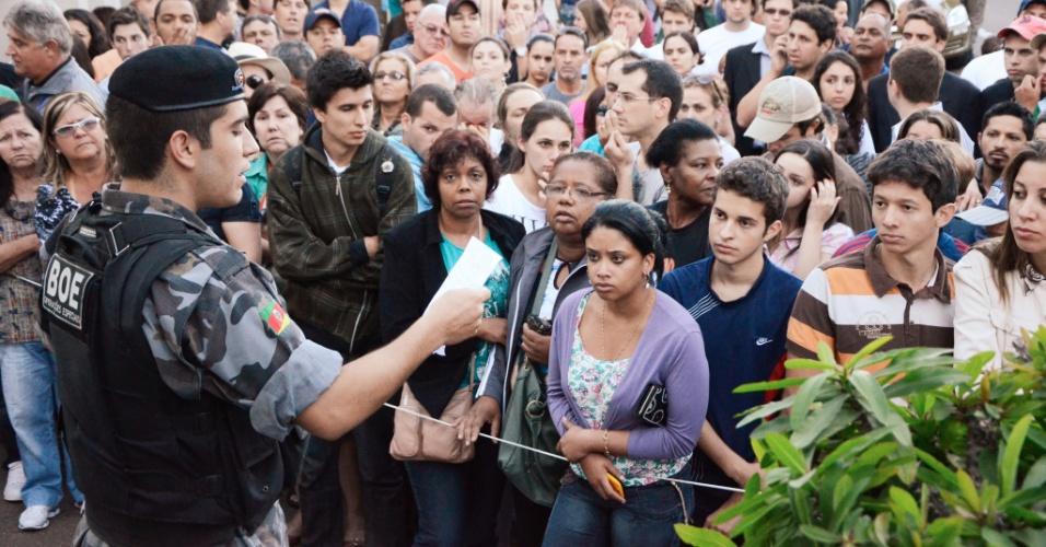 27.jan.2013 -Policial lê lista com os nomes das vítimas do incêndio da boate Kiss, em Santa Maria, que estão em atendimento em hospitais da região, neste domingo. A tragédia no local deixou mais de 200 mortos