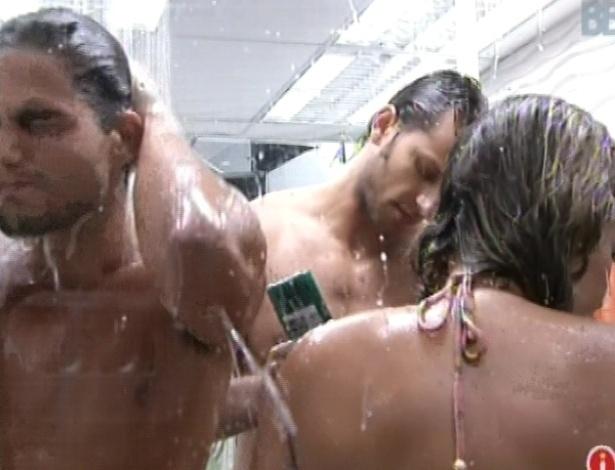 27.jan.2013 - Vencedores e perdedores da prova da comida tomam banho para limpar óleo e farinha do corpo