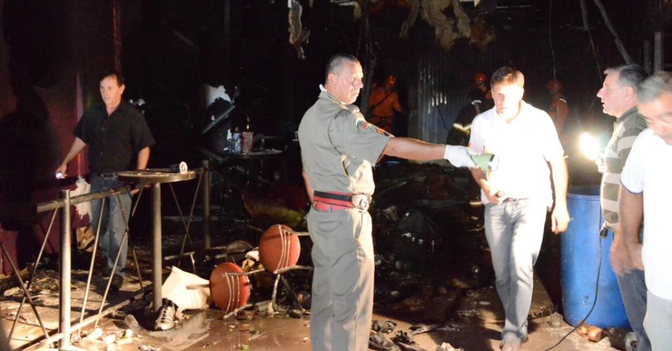 27.jan.2013 -  Vista da destruição provocada pelo incêndio na boate Kiss, em Santa Maria, neste domingo, onde mais de 200 pessoas morreram