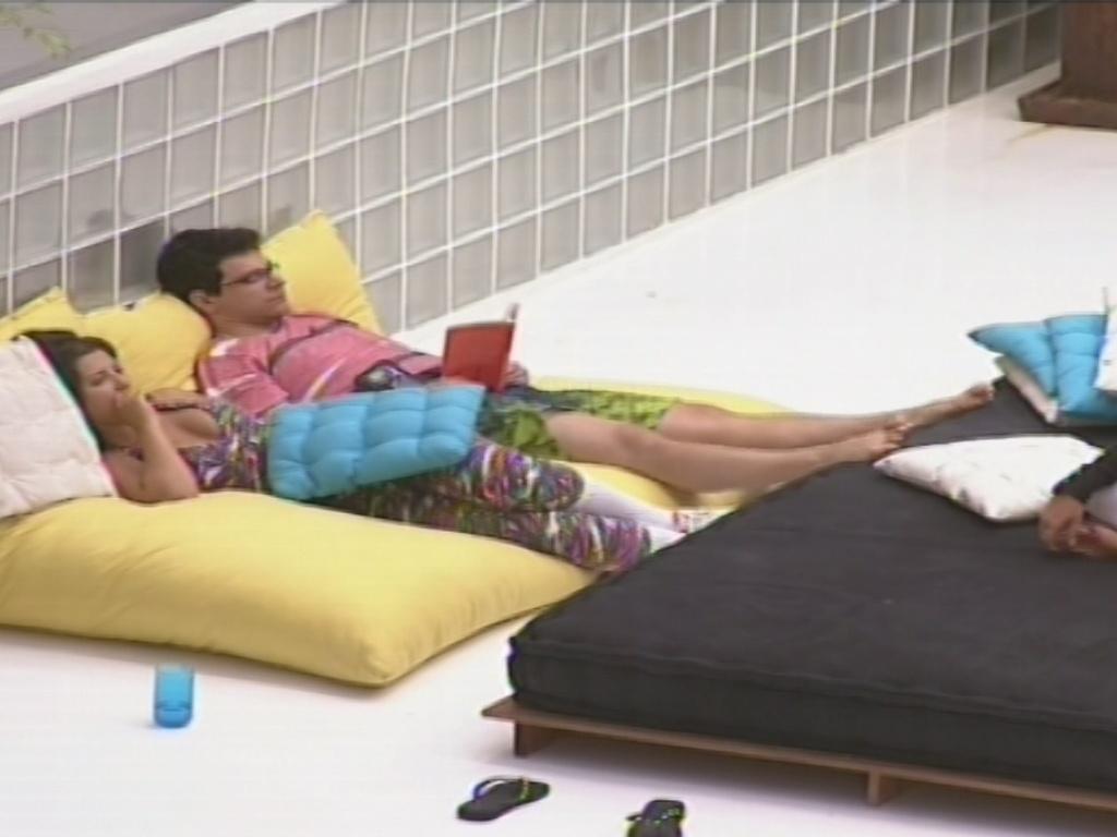 27.jan.2013 - Andressa e Ivan conversam com Marien após passar a tarde inteira dormindo