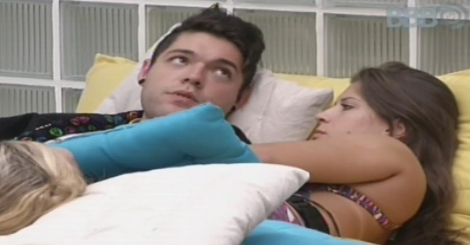 27.jan.2013 - Andressa e Nasser deitam juntos na área externa da casa. Os odis se beijaram em frente aos outros brothers na festa Saloon