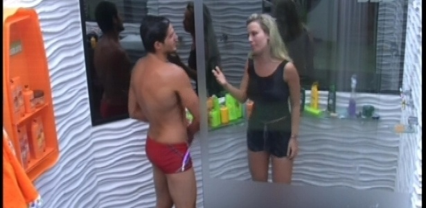 27.jan.2013 - Antes de dormir, André e Fernanda tomaram banho juntos