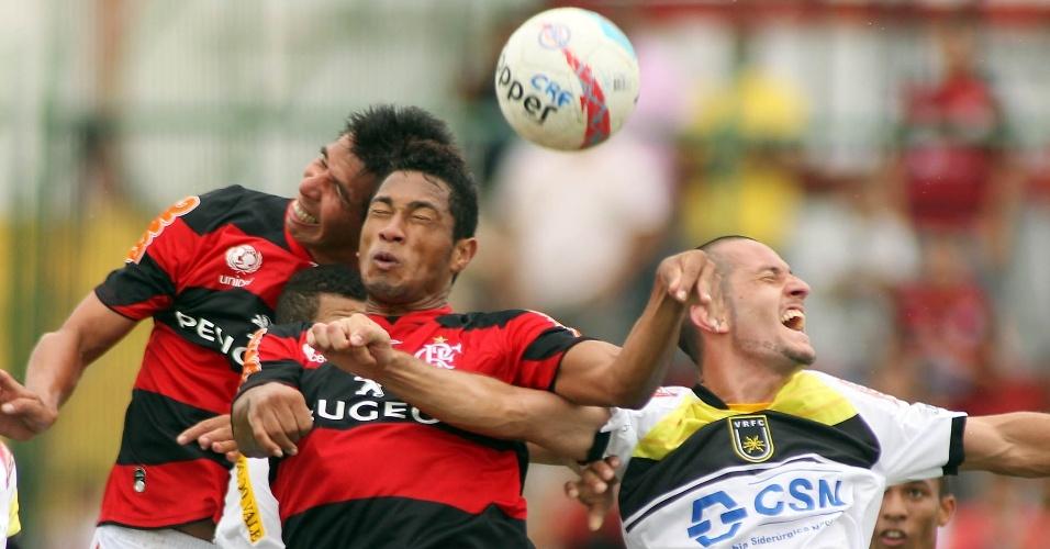 27.jan.2013 - Atacante Hernane (centro) e volante Cáceres (esq), do Flamengo, disputam bola de cabeça durante a partida contra o Volta Redonda, pela terceira rodada do Estadual do Rio