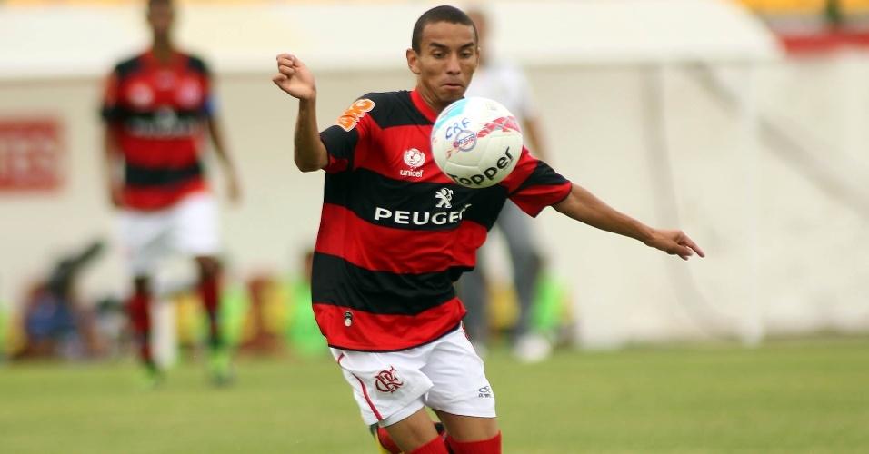 27.jan.2013 - Atacante Rafinha, do Flamengo, tenta jogada durante a partida contra o Volta Redonda, pela terceira rodada do Estadual do Rio