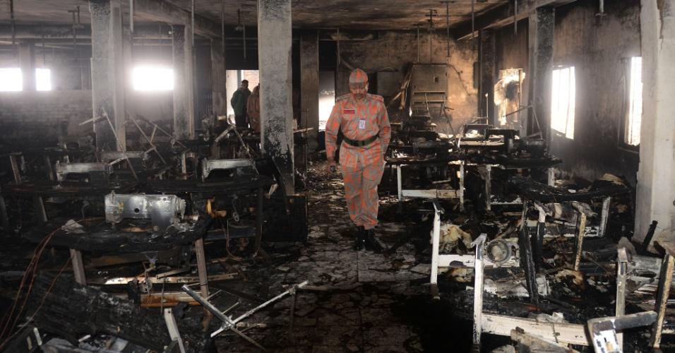 27.jan.2013 - Bombeiro inspeciona fábrica que pegou fogo em Dacca, Bangladesh. Pelo menos sete pessoas morreram no incêndio