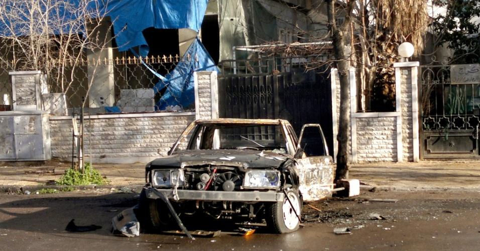 27.jan.2013 - Carro explode no bairro de Al Tejarah, em Damasco, na Síria. O motorista morreu