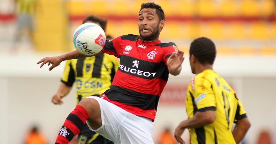 27.jan.2013 - Cercado por adversários do Volta Redonda, meia Ibson, do Flamengo, domina a bola durante a partida pela terceira rodada do Estadual do Rio