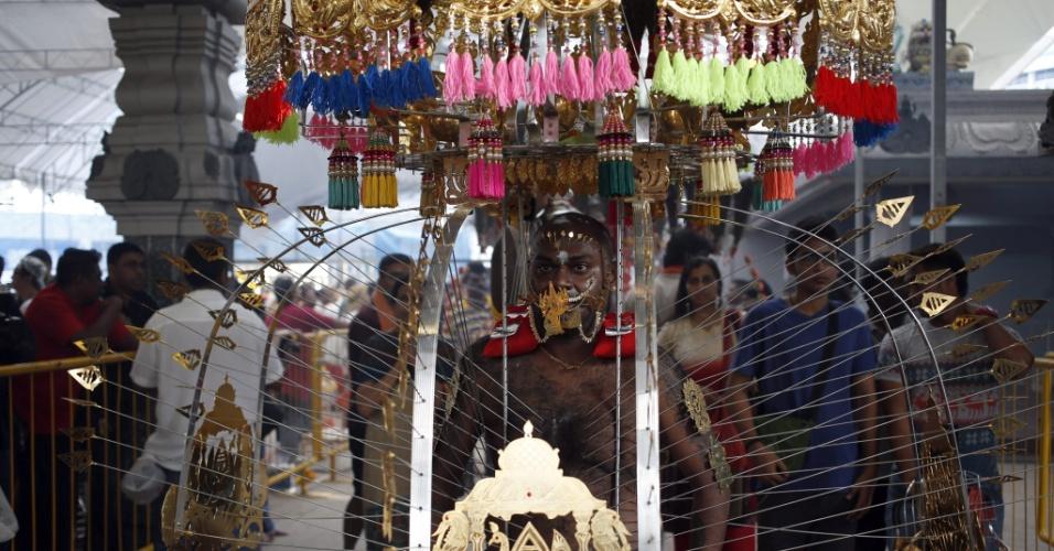 27.jan.2013 - Devoto hindu participa de procissão durante o festival Thaipusam, em Cingapura
