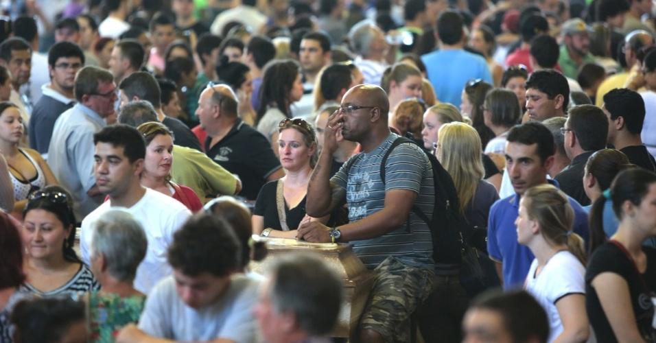 27.jan.2013 - Familiares aguardam chegada dos corpos das vítimas do incêndio que atingiu uma boate de Santa Maria (RS) na madrugada deste domingo (27) para o velório coletivo, em um dos ginásios do Centro Desportivo Municipal