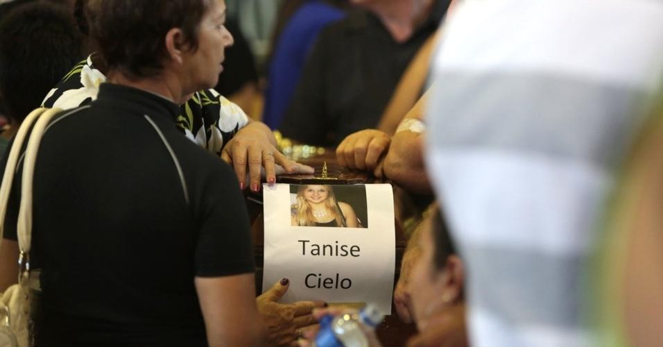 27.jan.2013 - Familiares participam de velório coletivo das vítimas do incêndio que atingiu uma boate de Santa Maria (RS) na madrugada deste domingo (27), em um dos ginásios do Centro Desportivo Municipal