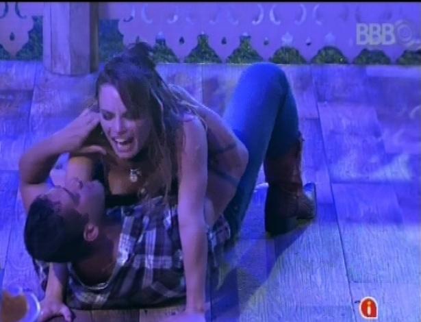 27.jan.2013 - Natalia e Yuri voltaram a ficar juntos e se pegaram no chão