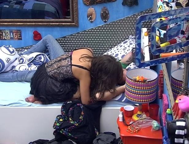 27.jan.2013 - Depois de se beijarem, Nasser deixou a festa bêbado e foi amparado por Andressa