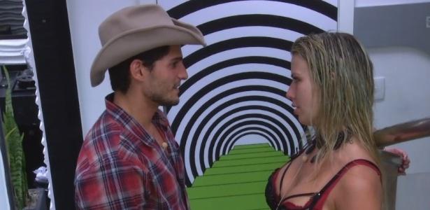 27.jan.2013 - André e Fernanda discutem o relacionamento durante a festa Saloon