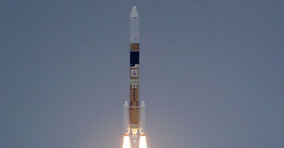 27.jan.2013 - Foguete H-2A com dois satélites de vigilância, um óptico e outro dotado de radar, é lançado com sucesso da base da Tanegashima (Japão)