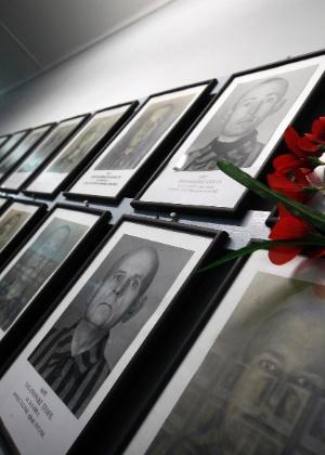 Fotos de ex-prisioneiros do campo de concentração de Auschwitz em museu em Varsóvia, na Polônia - Peter Andrews/Reuters