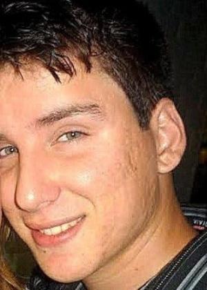 27.jan.2013 - Giovani Kraunchemberg Simões tinha 20 anos, era militar e servia na base aérea de Santa Maria. Ele foi uma das vítimas do incêndio que matou mais de 230 pessoas, em sua maioria jovens, na boate Kiss, em Santa Maria (RS)