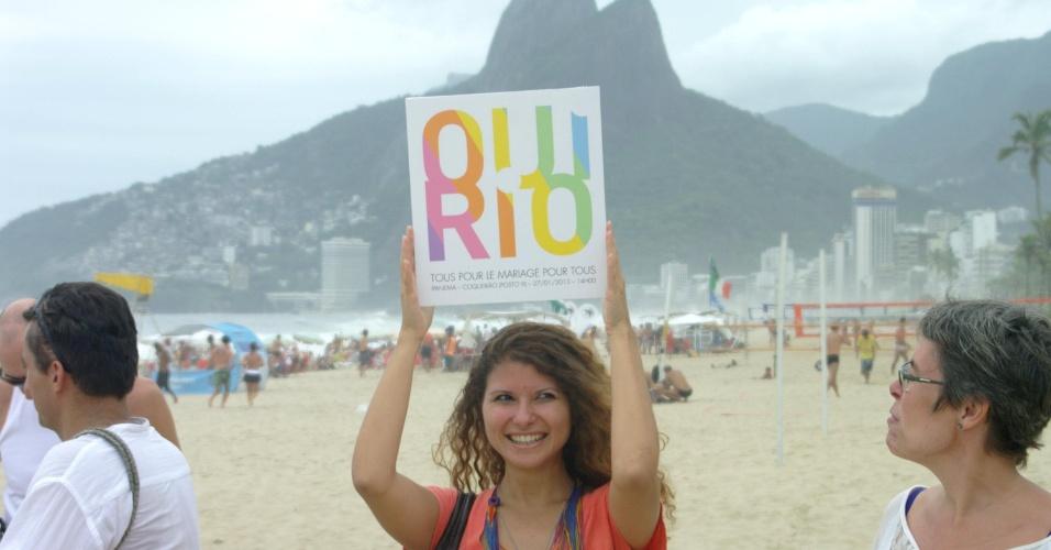 27.jan.2013 - Grupo de franceses que estão no Brasil, favoráveis ao casamento gay na França, realizam neste domingo (27), na praia de Copacabana, no Rio de Janeiro (RJ), uma manifestação para expressar seu apoio a um projeto de lei para legalizá-lo que começará a ser debatido na terça-feira