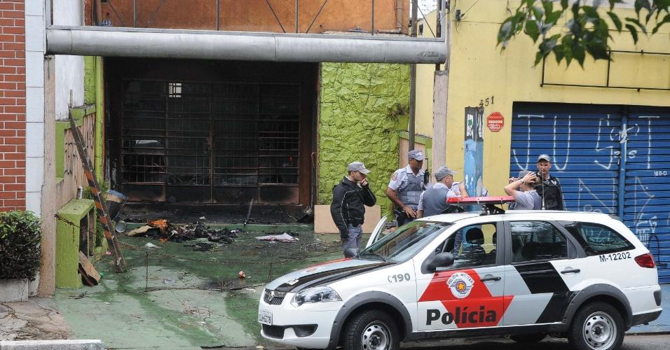 27.jan.2013 - Incêndio atinge edifício comercial na rua Sena Madureira, na altura do número 600, no bairro Vila Mariana, em São Paulo (SP), na manhã deste domingo (27). Não há informação sobre feridos