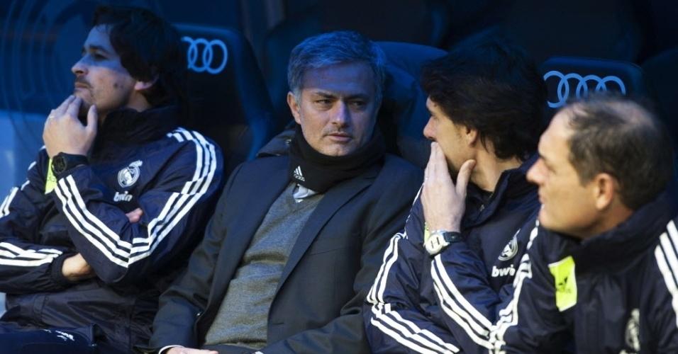 27.jan.2013 - Jose Mourinho, treinador português do Real Madrid, aguarda no banco de reservas o início da partida diante do Getafe, pelo Campeonato Espanhol